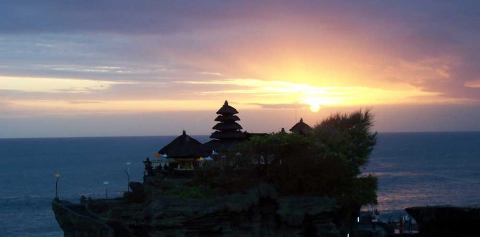 tanah-lot-sunset-adi-tour-guide